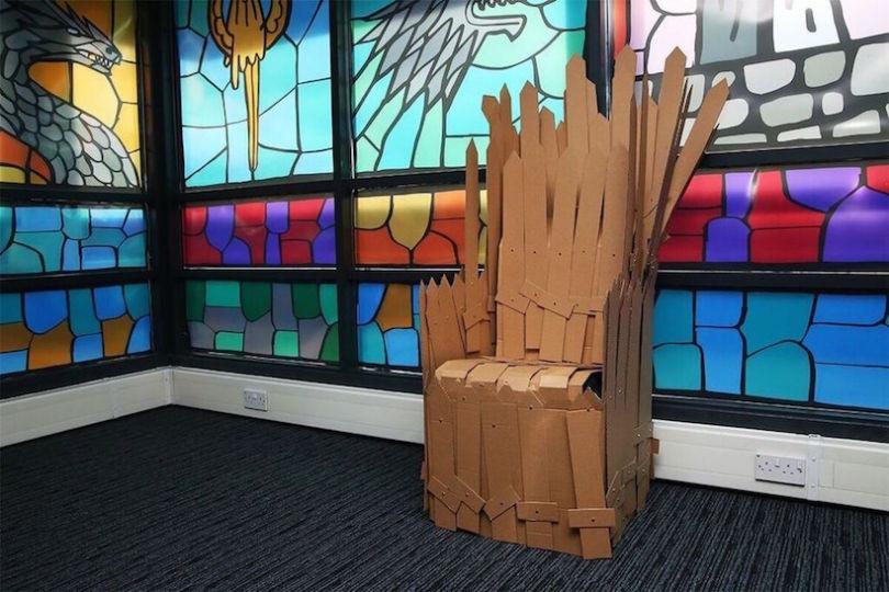 salle de pause game of thrones trône en carton