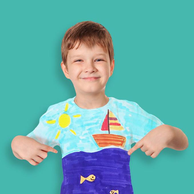 Enfant avec t-shirt personnalisé
