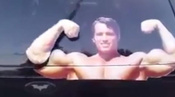 L'essuie-glace Schwarzy ! Votre héros se muscle et combat la pluie sans jamais se fatiguer