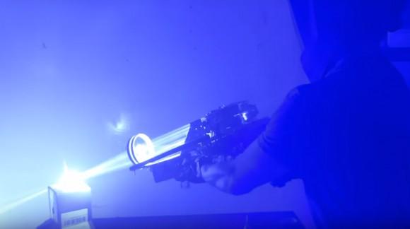 Un mec a inventé un Bazooka Laser, et ça dépote.