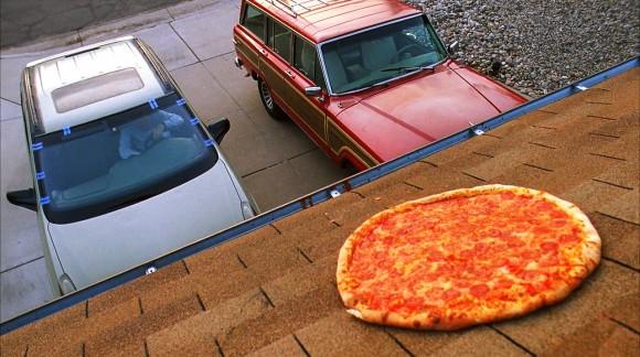 Les fans de Breaking Bad lancent des pizzas sur la maison de Walter White. Les propriétaires en ont marre !